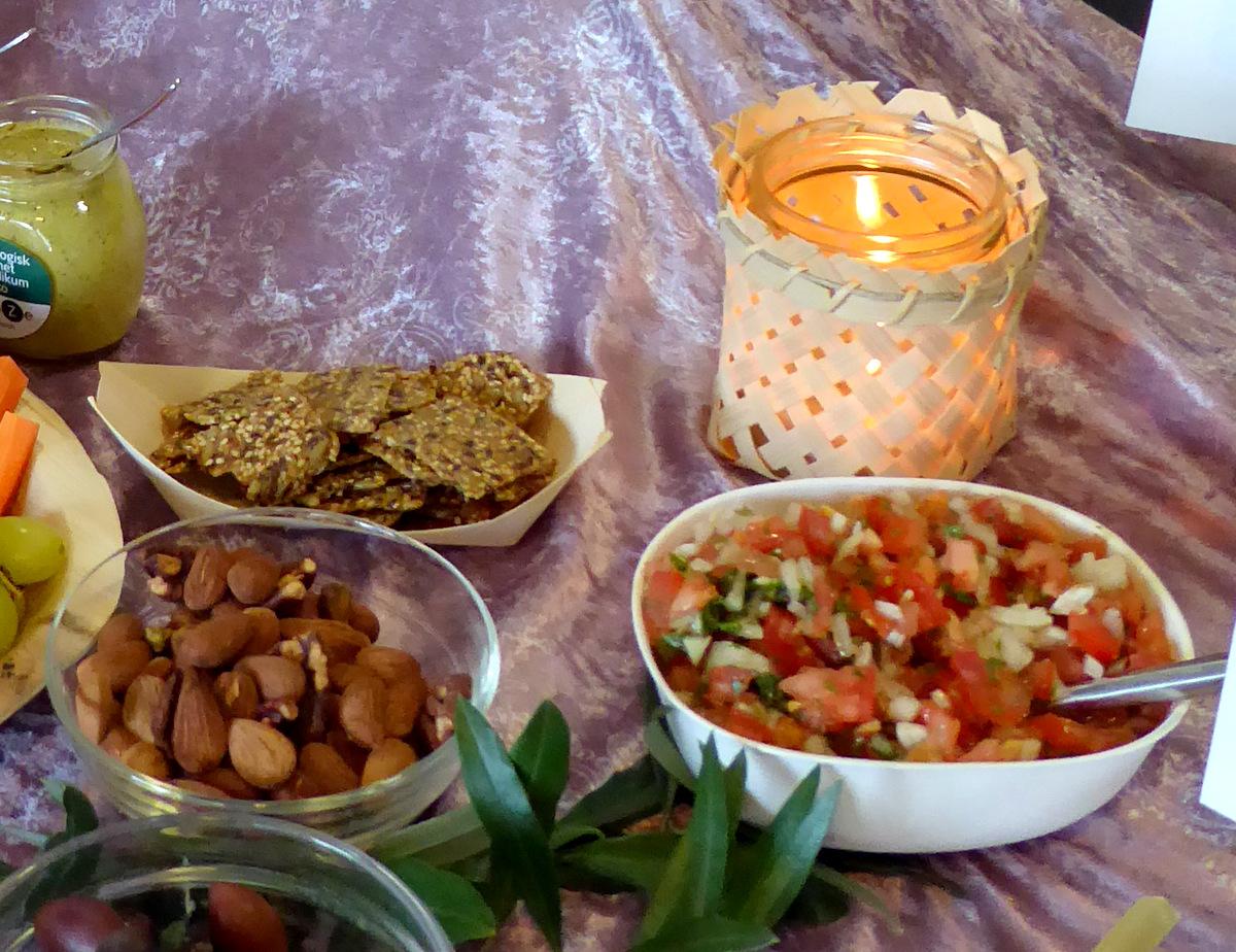 Sesamchips, saltnødder og salsa cruda